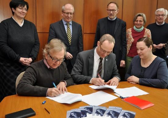 Larissa Weber (für das Anne Frank Zentrum), Jochen Otto und Holger Mende (für die Bürgermeister-Harzer-Stiftung) unterzeichneten den Vertrag. (Foto: Peter Fiedler)